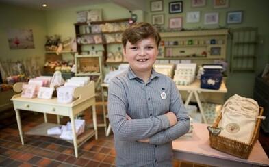 Má 11 rokov a týždenne zarába cez 1000 libier. Henry založil značku pre deti, napísal knihu a predáva sladkosti