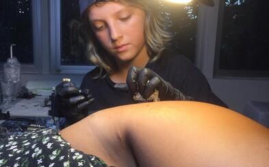 Má len 12 rokov, no tetovať dokáže ako profík. Talentovaný chlapec je zrejme najmladším tatérom na svete