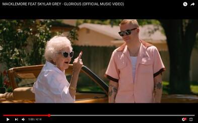 Macklemore slaví narozeniny se svou 100letou babičkou. Nechybí striptýz, házení vajíček na domy a nové Yeezy Boost 350 jako dárek
