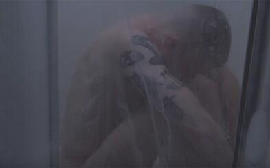 Macklemore predstavuje vizuál ku skladbe Drug Dealer, ktorá je odkazom pre farmaceutické spoločnosti