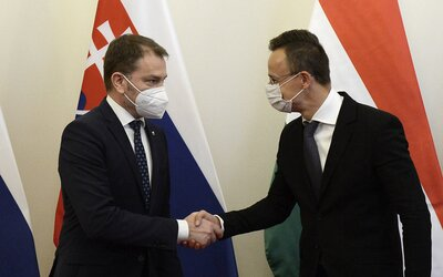 Maďarský minister zahraničných vecí vyznamenal ruského ministra diplomacie za Sputnik V