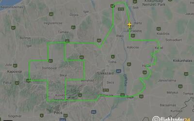 Maďarský pilot originálně projevil lékařům uznání: obletěl trasu ve tvaru zdviženého palce