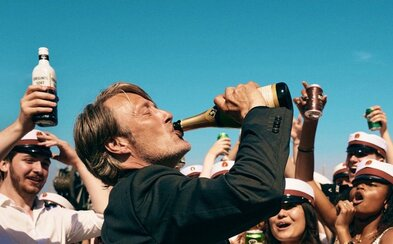 Mads Mikkelsen experimentuje s alkoholem a jeho účinky na zdraví. Test se však zvrhne v ožralství a úžasnou dramedii