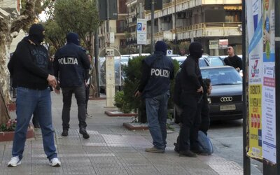 Mafiáni z Ndranghety, zkorumpovaný policista a politici skončili po velké policejní akci v poutech