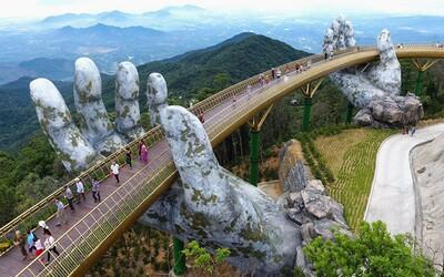 Majestátny zlatý most vo Vietname držia vo vzduchu obrovské ruky. Projekt za 2 miliardy dolárov má prilákať viac turistov