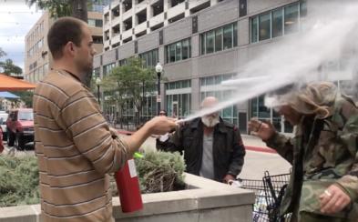 Majitel veganského podniku stříkal hasicím přístrojem do tváře muži, protože kouřil v jeho blízkosti