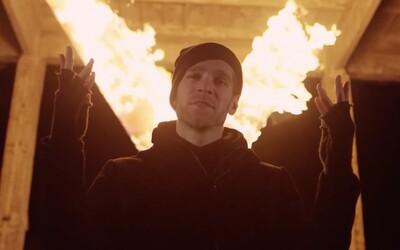 Majk Spirit ohlasuje dátum vydania albumu s polovicou scény za chrbtom v novom videoklipe