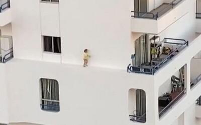 Malé dieťa kráčalo po rímse na 4. poschodí, jeho matka sa zatiaľ sprchovala. Video zaznamenáva nebezpečné momenty