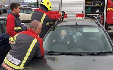 Maličký chlapec za volantem baví internet. Nemohl se přestat smát, když ho hasiči vyprošťovali z auta, ve kterém se sám zamkl