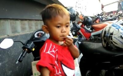 Malý 2-ročný indonézsky chlapec vyfajčí 40 cigariet denne. Ak mu rodičia ráno nedovolia zápaliť si, celý deň plače