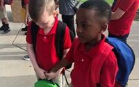 Malý chlapec utešil autistického plačúceho spolužiaka, ktorý sa bál prvého školského dňa