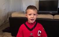 Malý fanúšik hokejistov Chicaga si svoj mliečny zub vytrhol skutočne štýlovo. Jackson sa netradičnej výzvy nezľakol