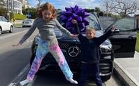 Mama darovala 9-ročnej dcére Mercedes v hodnote do 100 000 eur. Odmenila ju za tvrdú prácu