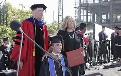 Mama dostala univerzitný titul, pretože so svojím ochrnutým synom bola na každej prednáške. Chcela mu zabezpečiť najlepšie vzdelanie