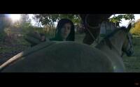 Maniak si v novém klipu vyzkoušel práci farmáře. Jeho poslední mixtape už je téměř vyprodaný