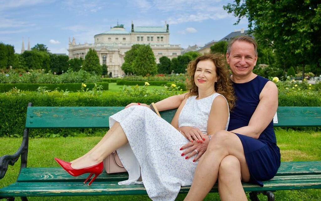 Manželé Vlasta s Michaelou nosí oba dámské šaty. Důležitá je pro ně svoboda a radost ze života (Rozhovor)