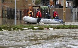 MAPA: Povodne na Slovensku majú prvú obeť. V týchto okresoch vyhlásili výstrahy