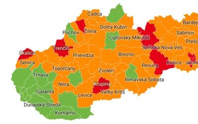 MAPA: V mnohých okresoch sa sprísňujú pravidlá, zaočkovaní majú výhodu. Toto musíš oddnes dodržiavať
