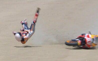 Marc Marquez skončil v hrôzostrašných kotrmelcoch, zranenie ho pravdepodobne vyradí z niekoľkých nasledujúcich pretekov