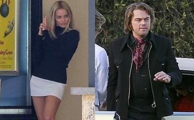 Margot Robbie oslňuje krásou a DiCapriovi narástli dlhé vlasy. Tarantinova novinka sa presúva do 60. rokov