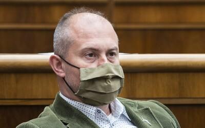 """Marian Kotleba si v parlamente stiahol rúško, koronavírus nazýva """"covid projektom"""""""