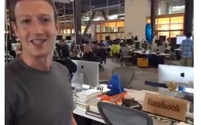 Mark Zuckerberg pracuje bok po boku so svojimi zamestnancami. Nesedí v zavretej kancelárii, ale má stôl tam, kde aj ostatní