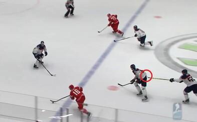 Marko Daňo sa v zápase s Bieloruskom postaral o komický moment, keď sa snažil hokejkou potlačiť spoluhráča, aby korčuľoval rýchlejšie