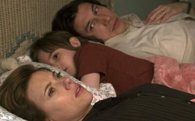 Marriage Story je autentickým a bolestivým pohľadom na rozpad manželstva a to, ako pri tom trpia deti (Recenzia)
