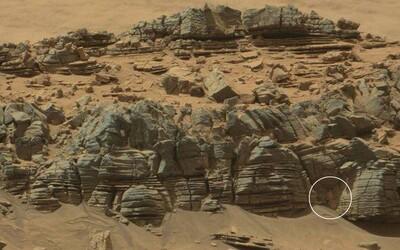 Mars znova rozprúdil diskusie. Našli vedci na jeho povrchu kraba alebo ide iba o optický klam?