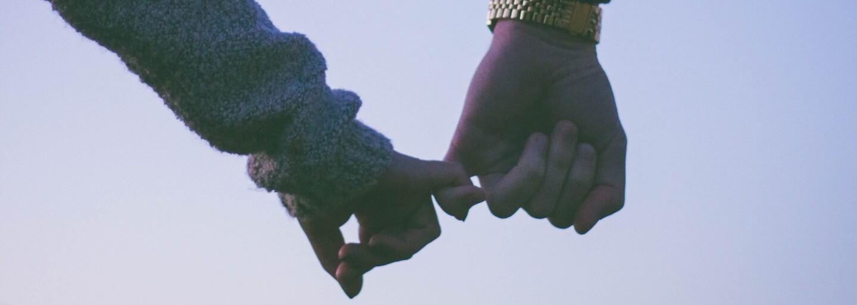 Masáž v posteli či hlasné prdenie pred partnerom. Ako dlho nám trvá zvyknúť si vo vzťahu?