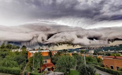 Materská loď z Independence Day nad Zlínom? Takto vyzeralo úchvatné divadlo z oblakov v Česku