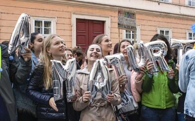 """Matika je na πču"". Studenti demonstrovali proti povinné maturitě z matematiky"