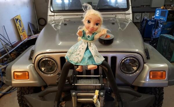 Matka tvrdí, že bábika jej dcéry je posadnutá. Vyhodili ju do koša, odniesli ju smetiari, ale o pár dní bola opäť u nich doma