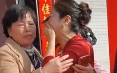 Matka ženicha v Číně na svatbě zjistila, že nevěsta je její ztracená dcera, kterou si adoptovala cizí rodina