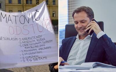 Matovič, odstúp! Premiér sa dobre zabáva na transparente, ktorý mu pripisuje vinu za Covid-19 aj 5G