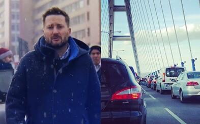 Matúš Vallo upozorňuje na blížiacu sa bratislavskú dopravnú katastrofu v akčnom videu. Odporúča prestúpiť na MHD