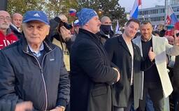 Mazurek, Uhrík aj Kotleba už burcujú ľudí v centre Bratislavy. Stojí s nimi jedna z tvárí Nežnej revolúcie Ján Čarnogurský