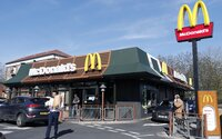 McDonald's po papírových brčkách nasazuje i dřevěné příbory