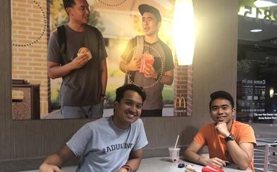 McDonald's daroval 50-tisíc dolárov mladíkom, ktorí v prevádzke na 51 dní zavesili svoju obrovskú fotografiu