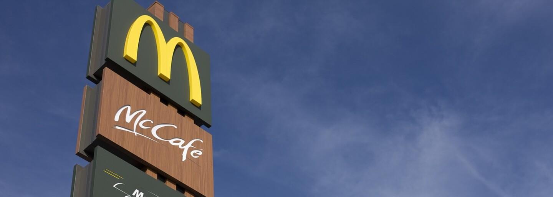 McDonald's daroval 50 tisíc dolarů mladíkům, kteří v prodejně na 51 dní pověsili svou obrovskou fotografii