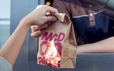 McDonald's spouští nový typ provozoven: Bez židlí a stolů, s holými stěnami