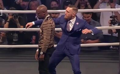 McGregor Mayweatherovi pomyslně naplácal a pak ho ještě chytil za hlavu. Londýnská tiskovka završila mediální šílenství posledních dnů