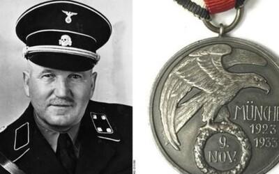 Medaila strážcu Adolfa Hitlera, ktorý sa diktátora vrhol chrániť počas prevratu, sa v aukcii predala za 40-tisíc eur