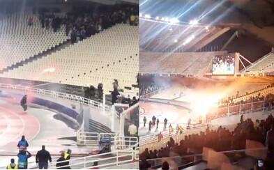 Medzi fanúšikov Ajaxu hodili priaznivci Atén Molotovov koktail priamo na tribúne. Explóziu striedali ohňostroje aj obušky