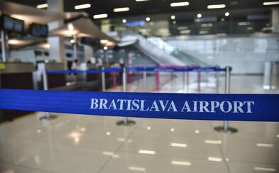 Medzi nakazenými je mestský poslanec z Giraltoviec a ochrankár na bratislavskom letisku. Mohli prísť do kontaktu s desiatkami ľudí