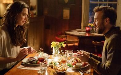 Medzi Rebeccou Hall a Jasonom Sudeikisom to iskrí v traileri pre romantickú komédiu Tumbledown