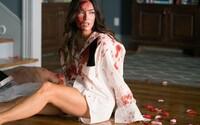 Megan Fox má sex na chatě, ráno se vzbudí připoutaná k mrtvole. Co se skutečně stalo a kdo jí jde po krku?
