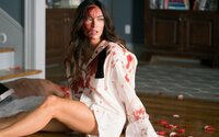 Megan Fox si užíva sex na chate, no ráno sa zobudí pripútaná k mŕtvole. Čo sa skutočne stalo a kto jej sporo odetej ide po krku?