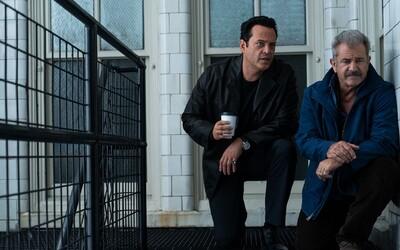 Mel Gibson a Vince Vaughn se stávají chladnokrevnými policisty v honbě za bankovními lupiči (Recenze)