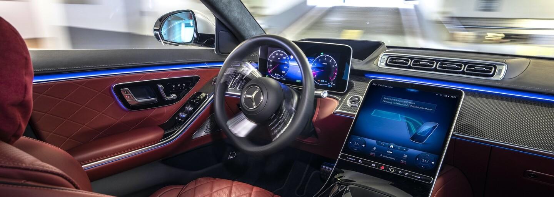 Mercedes-Benz s novým vozem třídy S spouští pilotní projekt automatizovaného parkování bez řidiče